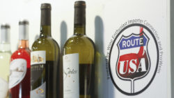 "Foto: Messestand mit Label ""Route USA"""